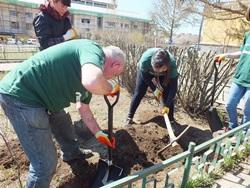 Aikuisvapaaehtoisten ryhmä työskentelee yhdessä yhteisöhankkeessa