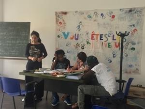 Vapaaehtoiset opettavat pakolaisia Italiassa