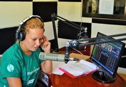 Journalismihankkeen vapaaehtoinen juontaa filippiiniläisellä radioasemalla
