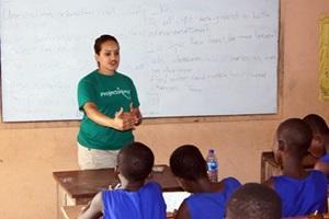 Vapaaehtoinen opettaa Madagaskarissa