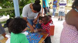 Vapaaehtoinen pelaa lasten kanssa