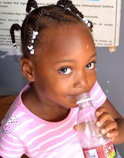 Nuori tyttö mukana kansanterveyskampanjassa