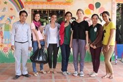 Mikrorahoituskoordinaattori ja vapaaehtoiset Kambodzassa