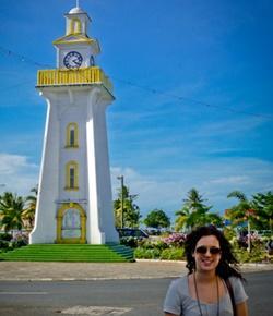 Vapaaehtoinen tornin edessä Samoalla