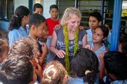 Opetusvapaaehtoinen Samoalla lasten kanssa