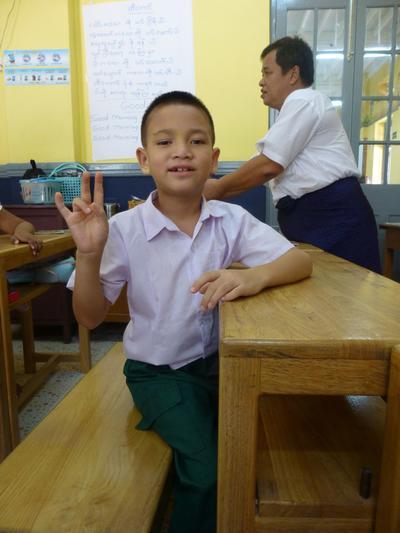 Paikallisen koulun oppilas Myanmarissa